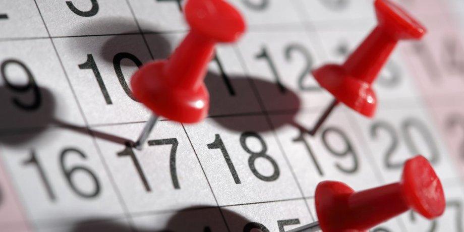 Pinnnadel in rot auf Kalender