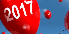 """Rote Ballons mit der Aufschrift """"2017"""", die in den Himmel steigen"""